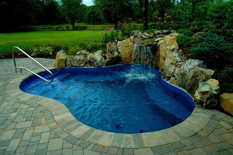 Bể bơi kết hợp với suối đá