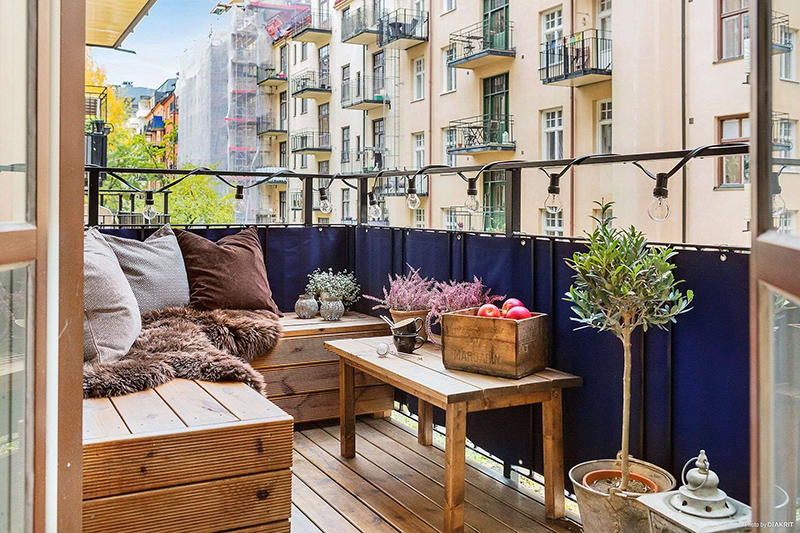 Small Parisian patio with blue privacy screen on balcony Design Ideas of small apartment patio ideas