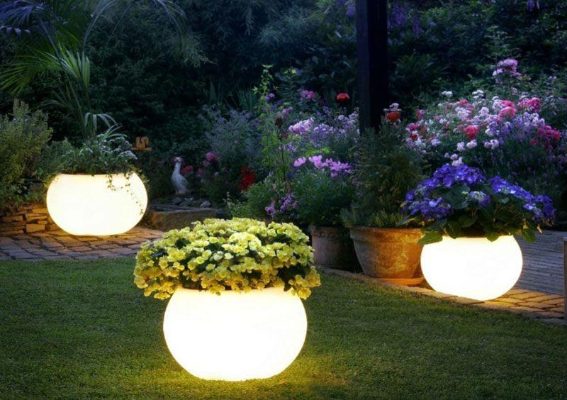 Ý tưởng chiếu sáng sân vườn bằng những quả cầu chiếu sáng lớn