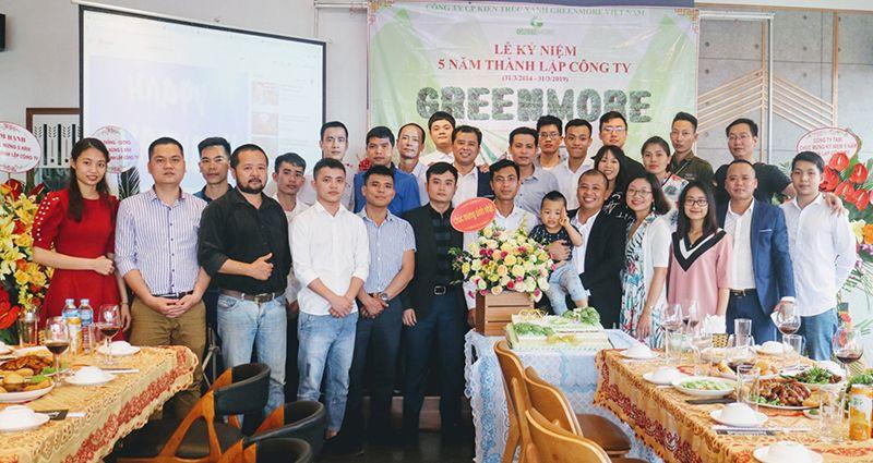 Cán bộ công nhân viên Greenmore Việt Nam chụp hình lưu niệm với khách mời