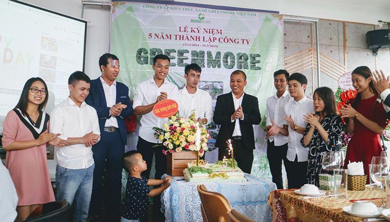 Giám đốc Nguyễn Quang Toàn thổi nến sinh nhật cùng cán bộ nhân viên (thứ 6 từ trái sang)