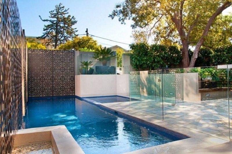 Sử dụng vách ngăn kính trong suốt giúp tách biệt bể bơi với phần còn lại làm tăng sự an toàn cho trẻ nhỏ đồng thời làm không gian của bể bơi không bị thu hẹp