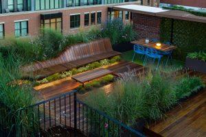 Mẫu vườn trên sân thượng đẹp chỉ với cây và gỗ